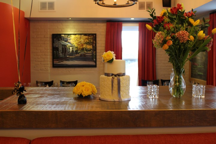 daisy lace cake with fresh yellow roses and daisies