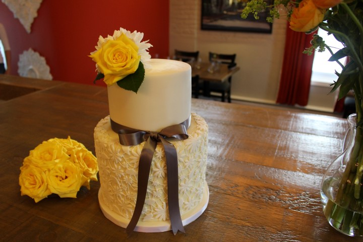 Daisy lace cake with fresh yellow roses